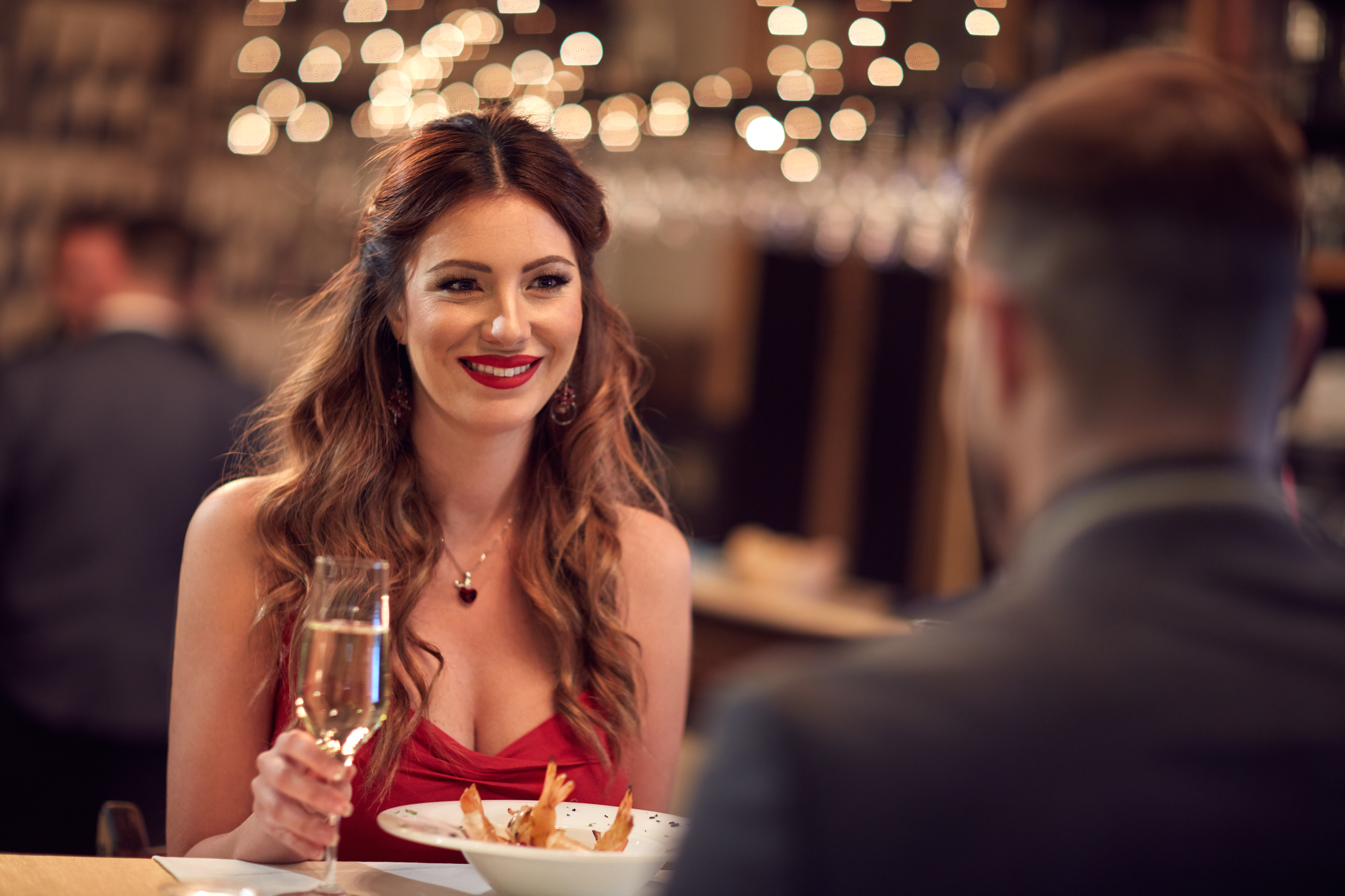 Online Dating: On A First Date, Is It A Good Idea To Provide Compliments On How She Looks Or What She Is Wearing?